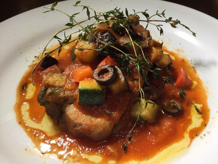 柔らか骨付き豚肉 夏野菜とトマトのソースです。